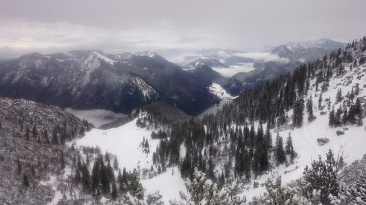 Tiefblick vom Herzogstand-Gipfelsteig Richtung Jachenau