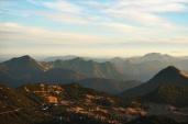 Die Vorberge im Morgenlicht, Benediktenwand rechts hinter dem Simetsberg