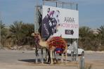 Wüstenschiff mit Werbetafel