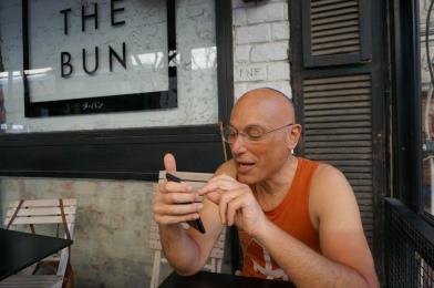 """Terry Swartzberg telefoniert nach Hause in """"The Bun"""""""