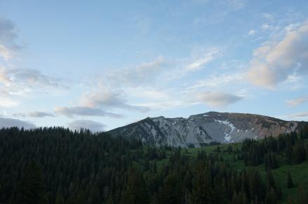 Breit und massig liegt der Gipfelaufbau des Schafreuter da, links das Lichteck, rechts das Kälbereck.