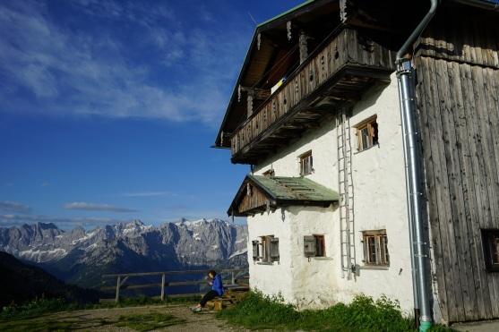 Den Morgen genießen vor der Tölzer Hütte.