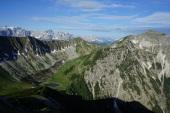 Um kurz vor acht Uhr bin ich am Stierjoch und genieße den Blick auf Delpsee, Delpsjoch und die Karwendel-Hauptkette.