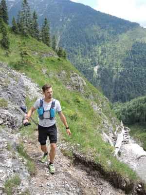 Der verfallende Steig im Fermersbachtal wuchert stellenweise zu - und ist doch ein läuferischer Leckerbissen.