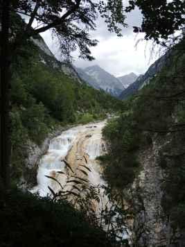 Blick vom Karwendelsteg - der Wasserfall des Karwendelbachs