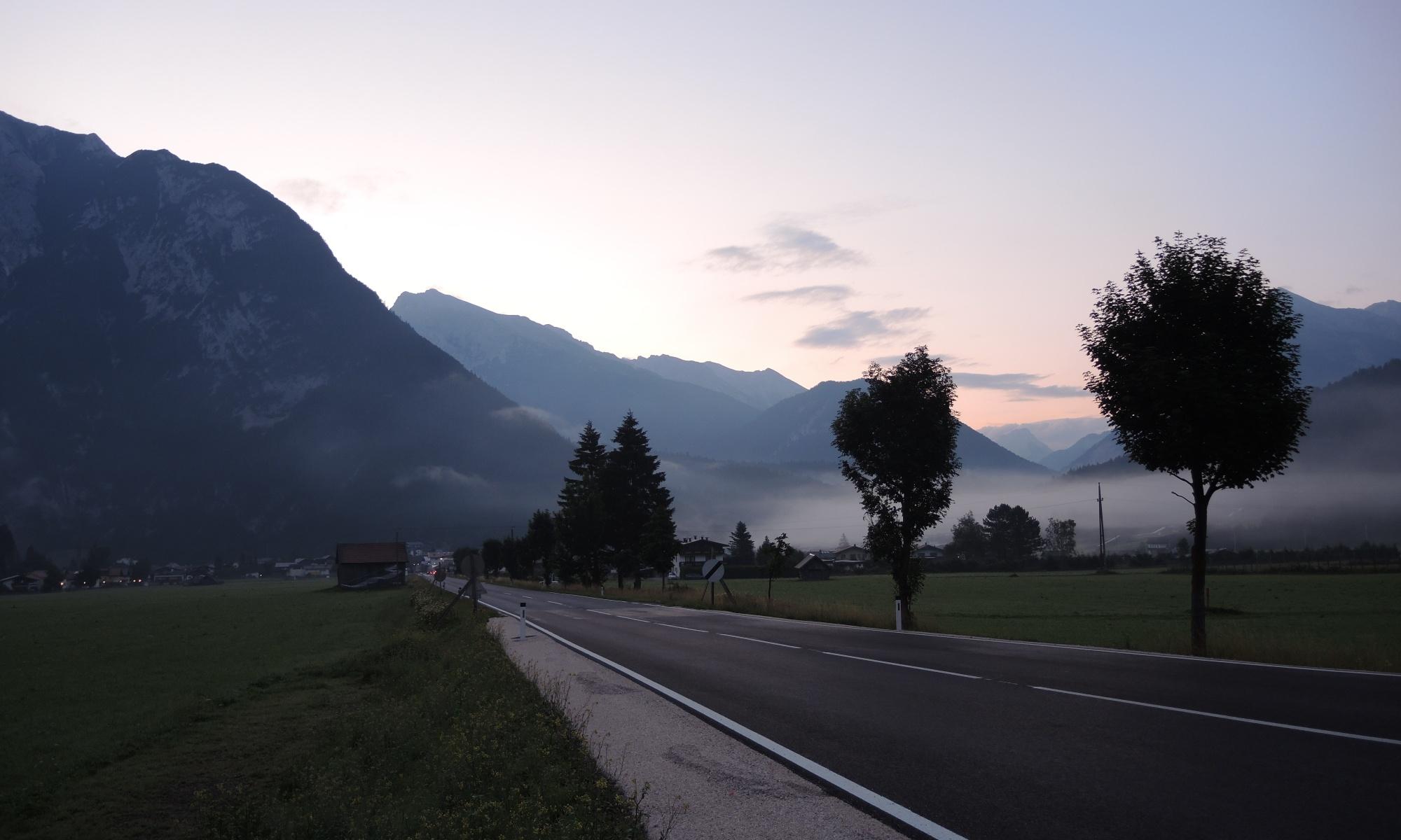 Ein langer Radtag hat längst begonnen - Scharnitz im Morgenlicht