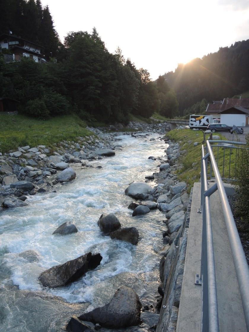 Tiroler Gebirgsfluss mit Morgensonne