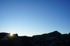 Die Sonne lugt über die Achselköpfe