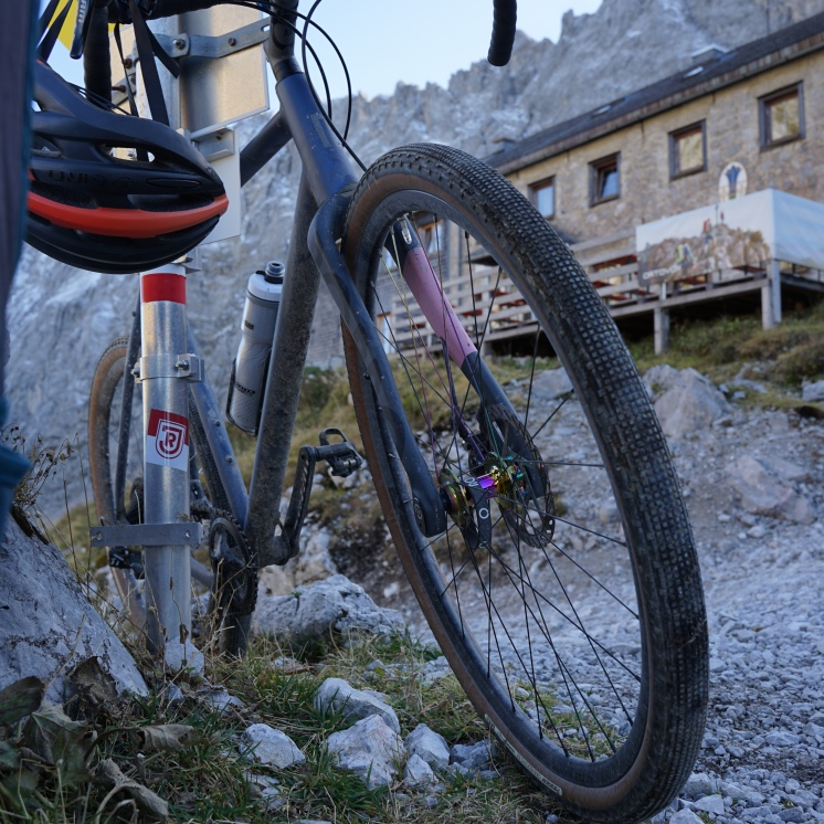 RONDO RUUT AL vor der Lamsenjochhütte - nicht unbedingt das beste Vehikel für diesen Ort, für die Gesamtstrecke aber durchaus